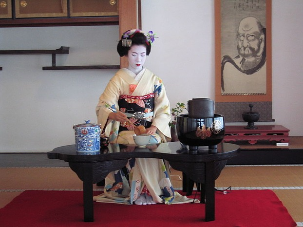 A maiko of Miyagawachou preparing tea