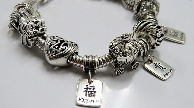 Armband mit Beads und Charms