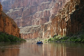 Der Colorado River am Grund des ...