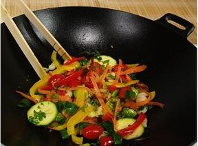 kochen im wok asiatische k che aus dem wok liegt voll im trend. Black Bedroom Furniture Sets. Home Design Ideas